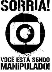 Contra-publicidad con logo de la Rede Globo, dónde se lee: Sonrie, usted está siendo manipulado.