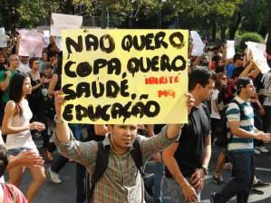 Indignado pide el cambio del mundial de fútbol por educación y sanidad (Foto Humberto Trajano/G1)